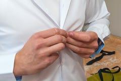 Homme boutonnant la chemise blanche Photos stock