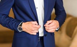 Homme boutonnant la veste en gros plan Photo libre de droits