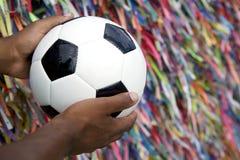 Homme brésilien tenant le ballon de football priant Salvador Bahia photos libres de droits