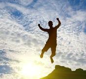 Homme branchant sur le lever de soleil photographie stock libre de droits
