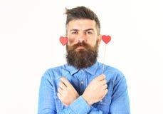 Homme brutal avec la longue barbe et les coeurs rouges Photos stock