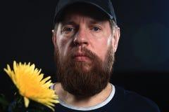 Homme brutal barbu avec la fleur Photo stock