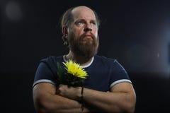 Homme brutal barbu avec la fleur Image stock