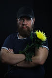 Homme brutal barbu avec la fleur Photographie stock