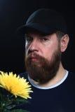 Homme brutal barbu avec la fleur Photos libres de droits