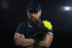 Homme brutal barbu avec la fleur Photos stock