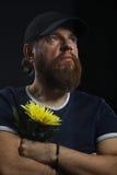 Homme brutal barbu avec la fleur Photo libre de droits