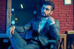 Homme brutal dans le costume élégant et verres dans le raseur-coiffeur Images libres de droits
