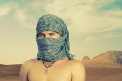 Homme brutal dans le désert Photos libres de droits
