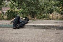 Homme bu inconscient dehors Image stock