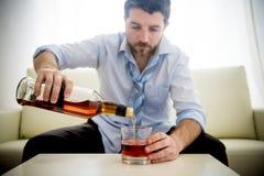 Homme bu par alcoolique d'affaires dans le temps lâche sur le whiskey potable de divan Image stock