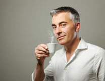 Homme buvant d'un café Photo stock
