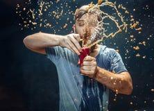 Homme buvant d'un kola et appr?ciant le jet photo libre de droits