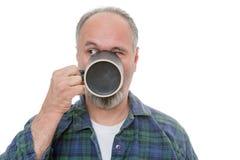 Homme buvant de la tasse et regardant plus de Photographie stock libre de droits