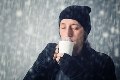 Homme buvant du thé chaud Photos stock