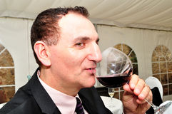 Homme buvant du vin rouge Image stock