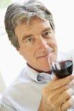 Homme buvant une glace de vin rouge Photos libres de droits