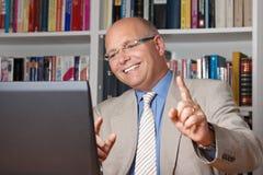 Homme célébrant devant l'ordinateur images stock