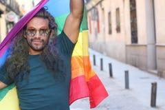 Homme célébrant la fierté gaie dehors photos libres de droits