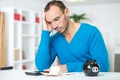 Homme calculant des nombres de budget photos libres de droits