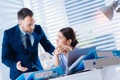 Homme calme attentif offrant son aide à un collègue fatigué de renversement Images libres de droits
