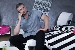 Homme calme dans la chambre malpropre photos libres de droits