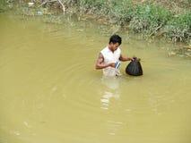 Homme cambodgien dans le lac sale de l'eau Photos stock