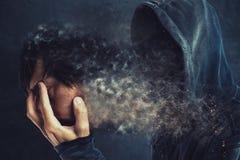 Homme à capuchon enlevant son masque protecteur Image libre de droits