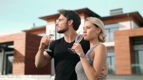 Homme caucasien avec étreindre blond de femme extérieur Portrait des couples romantiques banque de vidéos