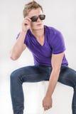 Homme caucasien bel dans des lunettes sp?ciales Photos libres de droits