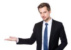 Homme caucasien d'affaires avec la présentation de main photo libre de droits