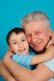 Homme caucasien de pensionné avec un garçon Photo stock