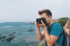 Homme caucasien faisant la photo de paysage pendant le voyage dans Sri Lanka image libre de droits