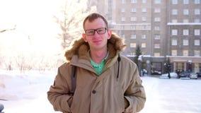 Homme caucasien occasionnel seul marchant dans la foule pensant à la vie Le jeune homme descend la rue Les promenades d'homme out clips vidéos