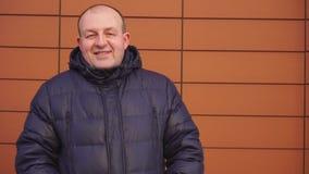 Homme caucasien occasionnel seul marchant dans la foule pensant à la vie Le jeune homme descend la rue Les promenades d'homme out banque de vidéos