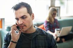 Homme caucasien parlant au téléphone Photo stock