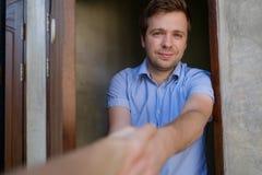 Homme caucasien serrant la main de son ami Images stock