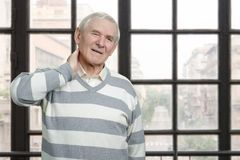 Homme caucasien supérieur ayant la douleur cervicale Photographie stock libre de droits