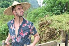 Homme caucasien travaillant dans la ferme asiatique photos stock