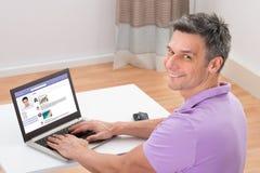 Homme causant sur le site Web social de mise en réseau images libres de droits