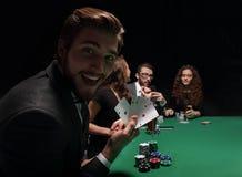 Homme chanceux avec la combinaison de gain des cartes Photographie stock libre de droits