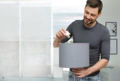 Homme changeant l'ampoule dans la lampe photos libres de droits