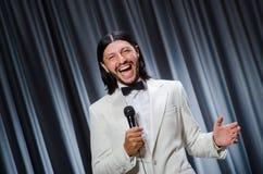 Homme chantant devant le rideau photographie stock libre de droits