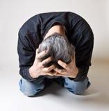 Homme chargé à l'extérieur ou déprimé Photos libres de droits