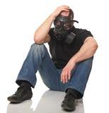 Homme chargé avec le masque de gaz Images stock