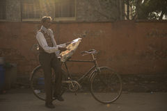 Homme chassant la lumière Photographie stock