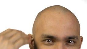 Homme chauve avec la tête émouvante de demi visage sur le fond blanc banque de vidéos