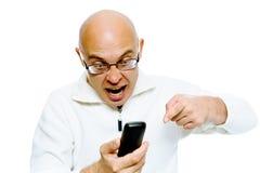 Homme chauve criant dans le téléphone studio D'isolement Photo stock