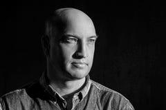 Homme chauve regardant vers le portrait noir et blanc images libres de droits