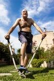 Homme chauve soumis à une contrainte travaillant dans le jardin Photo stock